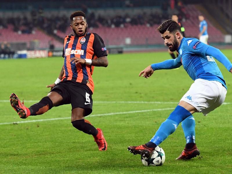 Na snímke vpravo hráč Neapola Elseid Hysaj a vľavo hráč Donecka Fred