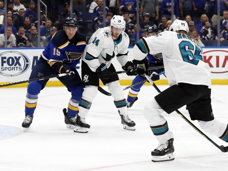 Obranca San Jose Sharks Erik Karlsson skóruje víťazný gól proti St. Louis Blues