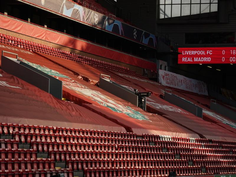 Prázdne tribúny na Anfielde pred začiatkom zápasu
