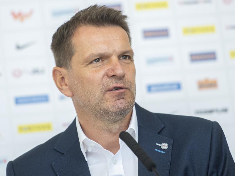 Tréner futbalovej reprezentácie Slovenska Štefan Tarkovič počas hodnotiacej tlačovej konferecie po majstrovstvách Európy