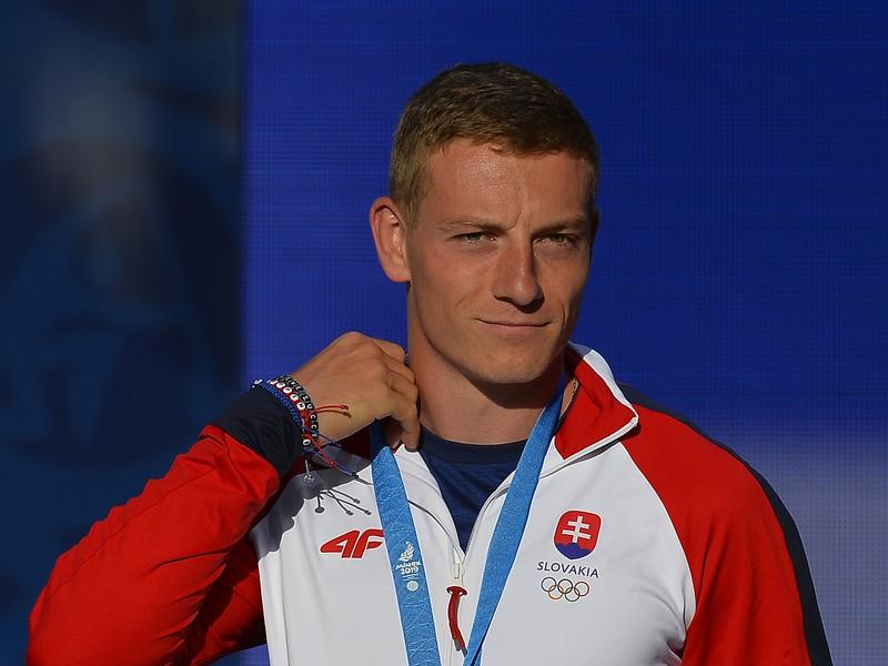Na snímke slovenský šprintér Ján Volko pózuje so striebornou medailou