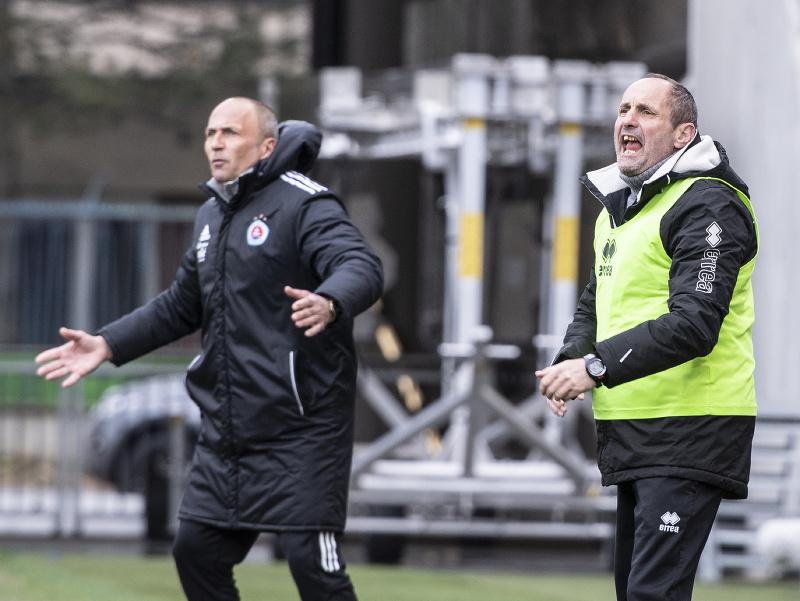 Vpravo tréner Petržalky Ladislav Pecko a vľavo tréner Slovana Darko Milanič