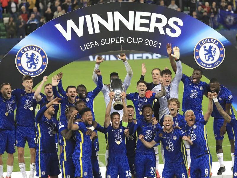Hráči Chelsea sa radujú s trofejou pre víťaza Superpohára UEFA