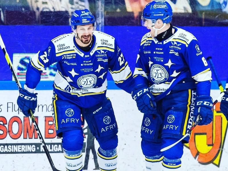 Marek Hrivík (vľavo) sa po základnej časti stal vo Švédsku najproduktívnejším hráčom súťaže.