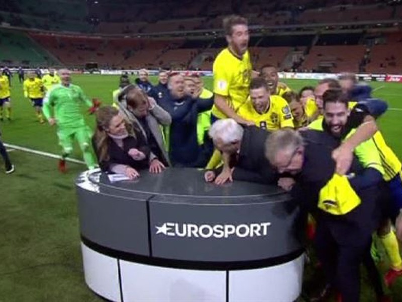 Hráči Švédska oslavujú postup na Majstrovstvá sveta