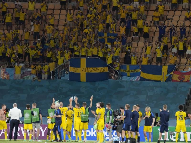 Hráči Švédska sa zdravia s fanúšikmi
