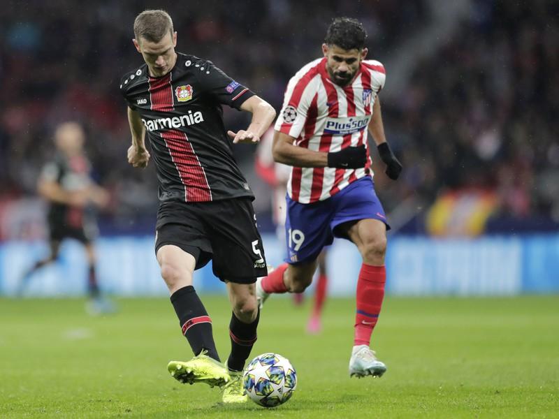 Sven Bender a Diego Costa v súboji
