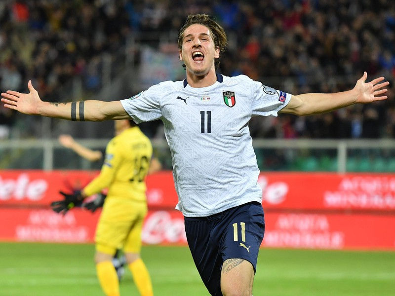 Taliansky hráč Nicolo Zaniolo oslavuje druhý gól do bránky Arménska
