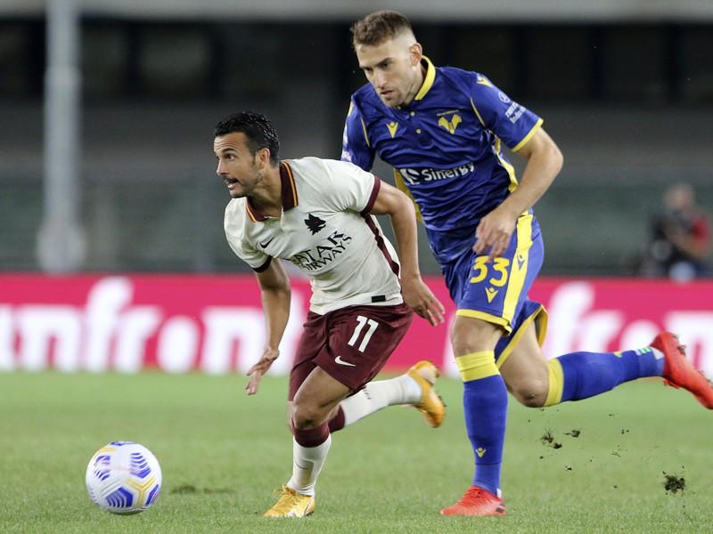 Pedro a Alan Empereur v súboji o loptu