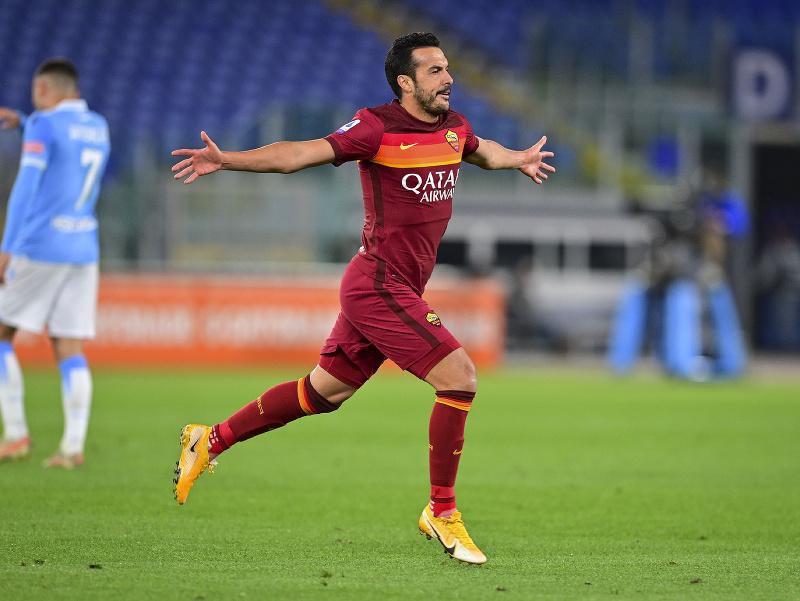 Pedro oslavuje gól v drese rímskeho AS práve proti rímskemu Laziu