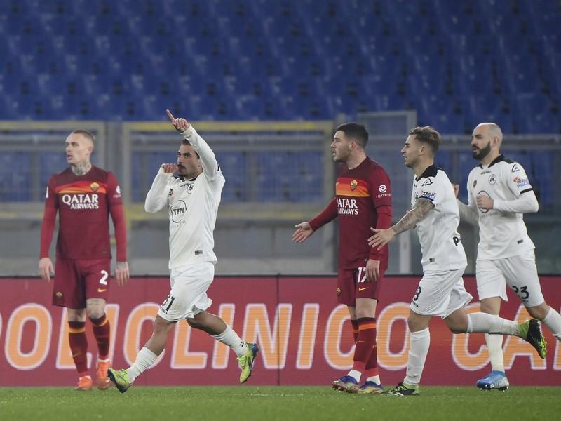 Hráči talianskej Spezie oslavujú víťazstvo nad AS Rím
