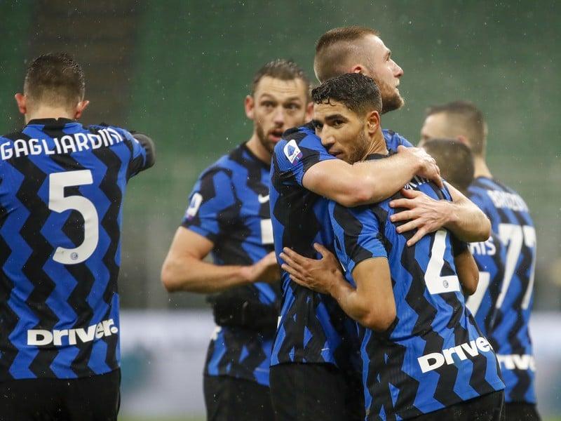 Achraf Hakimi a Milan Škriniar oslavujú gól Interu