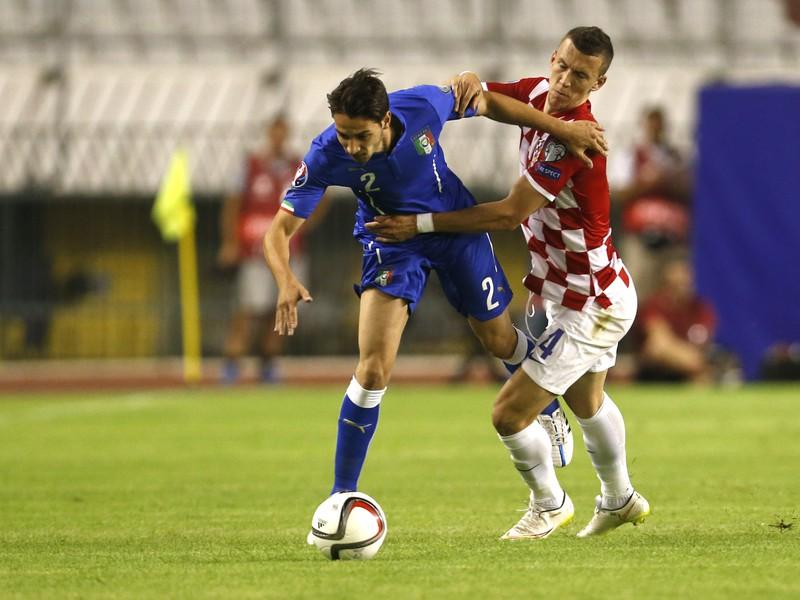 Talian Mattia De Sciglio v súboji s Chorvátom Ivan Perišičom