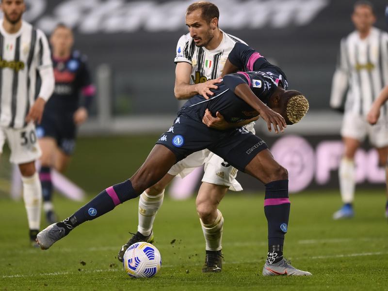 Victor Osimhen z Neapola a Giorgio Chiellini z Juventusu Turín