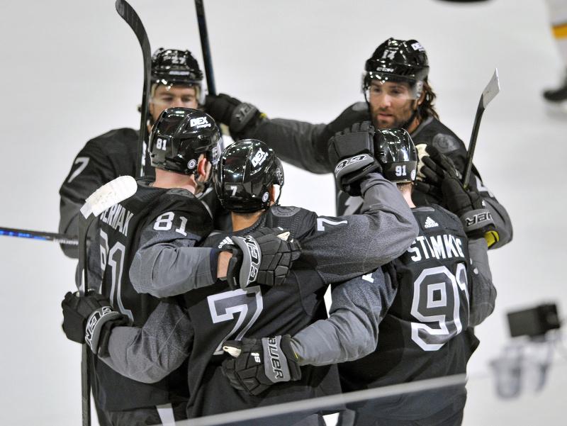 Hráči Tampy oslavujú gól, vľavo s číslom 81 Erik Černák