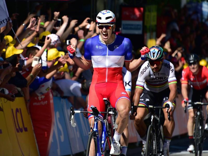 Víťaz štvrtej etapy Francúz Arnaud Démare a v pozadí Peter Sagan