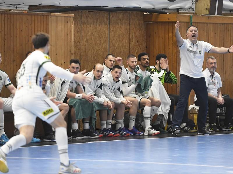 Lavička Prešova, vpravo stojí tréner Slavko Goluža vo finálovom  zápase Final Four Slovenského pohára MŠK Považská Bystrica - Tatran Prešov v Košiciach