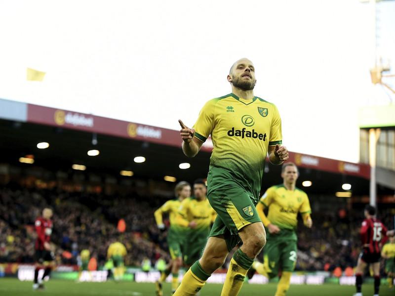 Hráč Norwichu Teemu Pukki oslavuje úvodný gól do bránky Bournemoutu