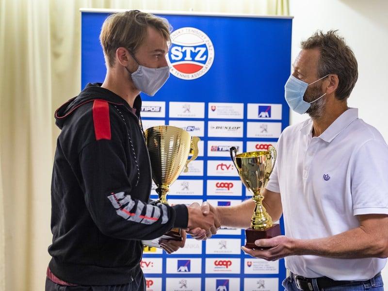 Miroslav Mečíř odovzdáva trofej Lukášovi Kleinovi
