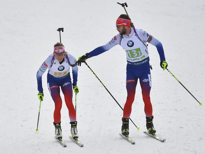 Šimon Bartko odovzdáva štafetu Terézii Poliakovej na trati súťaze v miešanej štafete štvoríc