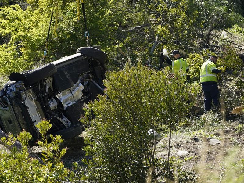 Zdemolované auto Tigera Woodsa po nehode