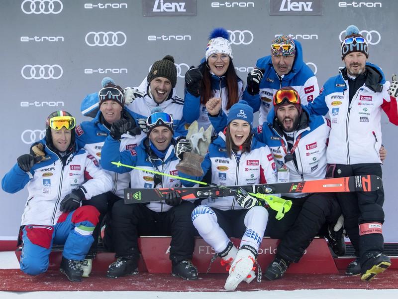 Na snímke slovenská lyžiarka Petra Vlhová (uprostred) sa teší so svojím tímom z druhého miesta v slalome žien
