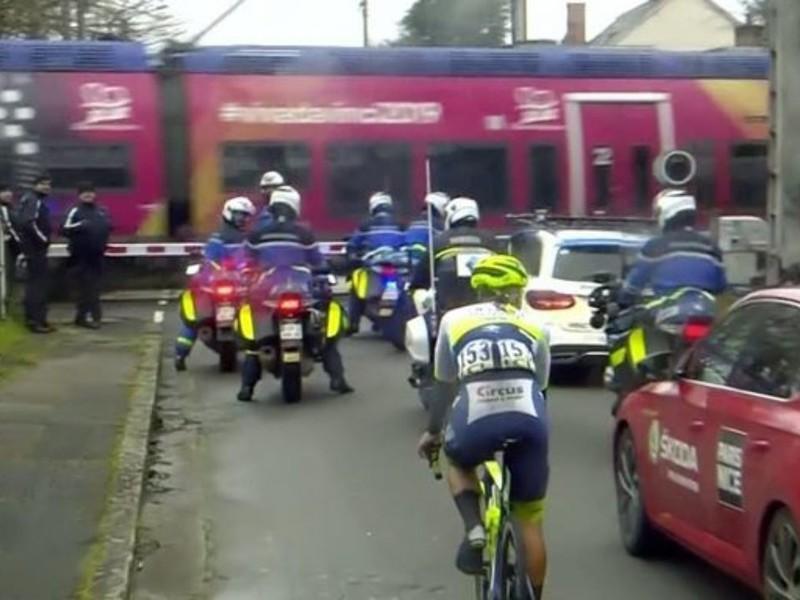 Líder pretekov musel počkať na vlak