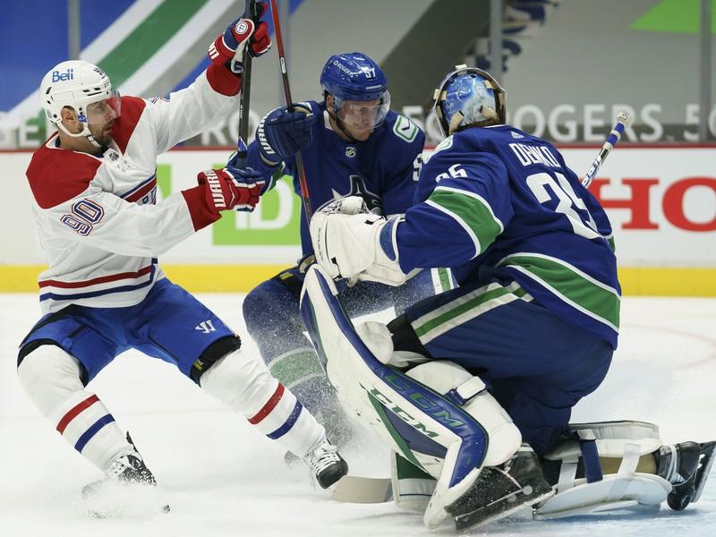 Tomáš Tatar v súboji pred bránkou s Tylerom Myersom