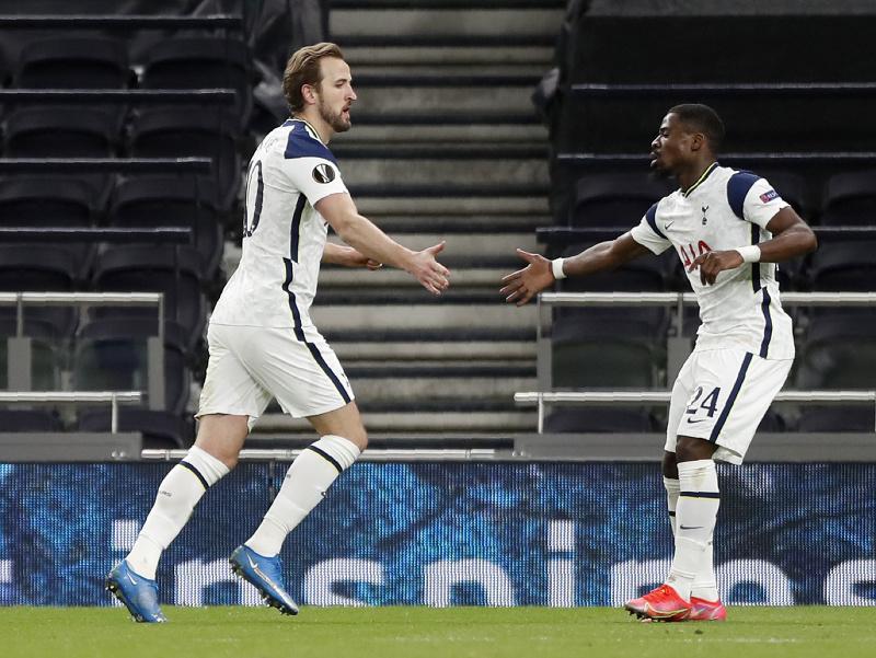 Útočník Tottenhamu Harry Kane (vľavo) sa teší zo svojho gólu