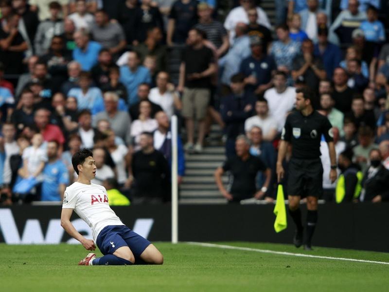 Juhokórejský útočník Tottenhamu Heung-Min Son oslavuje svoj úvodný gól v zápase 1. kola anglickej Premier League vo futbale Tottenham Hotspur - Manchester City