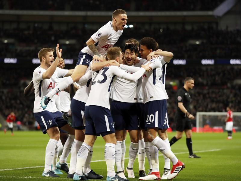 Na snímke hráči Tottenhamu oslavujú úvodný gól