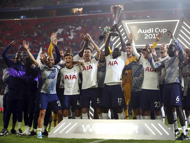 Hráči Tottenhamu oslavujú zisk Audi Cupu