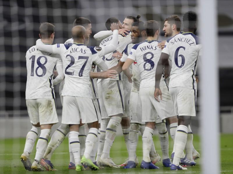 Hráči Tottenhamu oslavujú gól