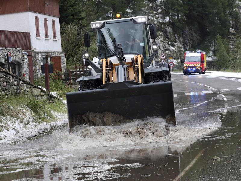 Piatkovú 19. etapu TdF museli skrátiť kvôli snehu či zosuvu pôdy