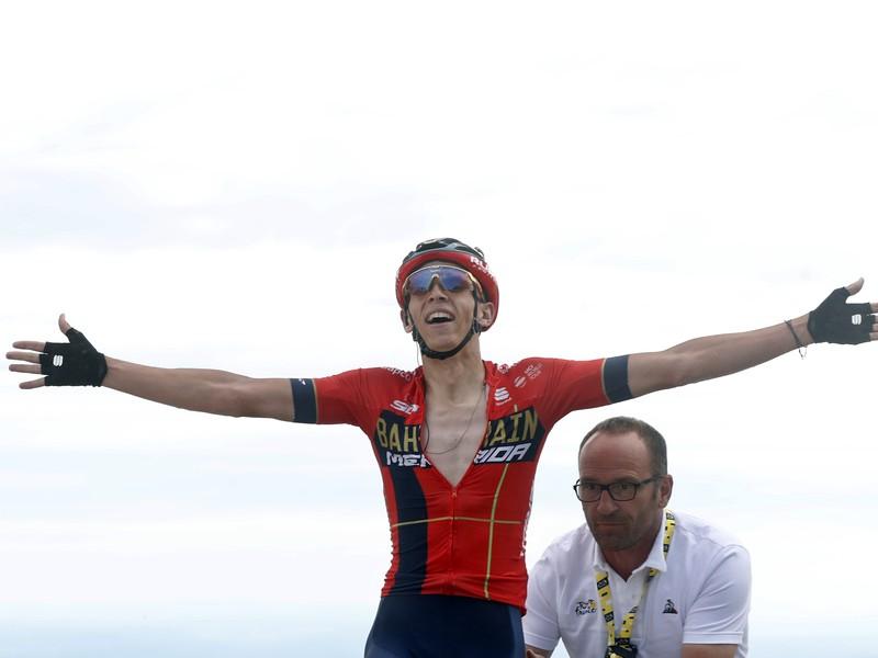 Belgický cyklista Dylan Teuns sa teší v cieli z víťazstva v šiestej etape pretekov Tour de France