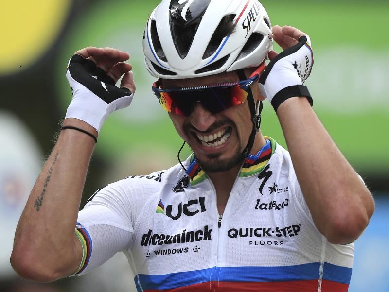 Na snímke francúzsky cyklista Julian Alaphilippe sa teší v cieli v prvej etape cyklistických pretekov Tour de France