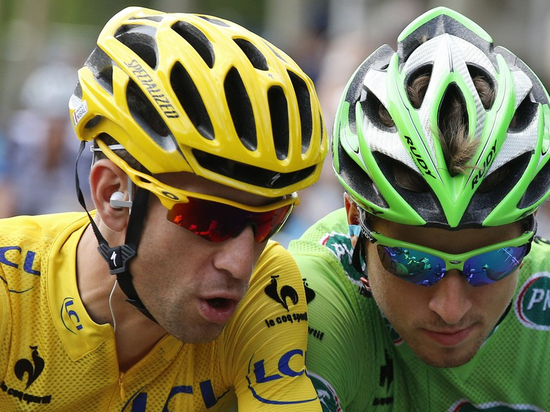 Peter Sagan (v zelenom) a Vincenzo Nibali (v žltom) v záverečnej etape Tour