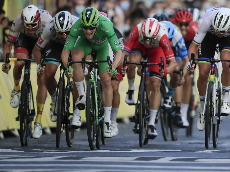 Ír Sam Bennett v zelenom drese víťazí v záverečnej 21. etape cyklistických pretekov Tour de France