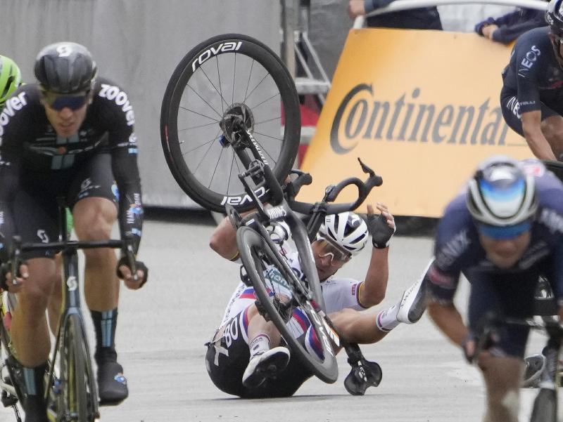 Na snímke v pozadí slovenský cyklista Peter Sagan padá po kolízii s Austrálčanom Calebom Ewanom