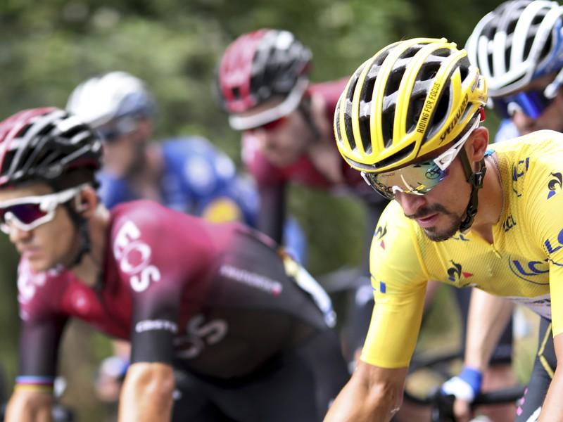 Na snímke francúzsky cyklista Julian Alaphilippe (Deceuninck Quick Step) v žltom drese vedúceho pretekára v pelotóne na trati