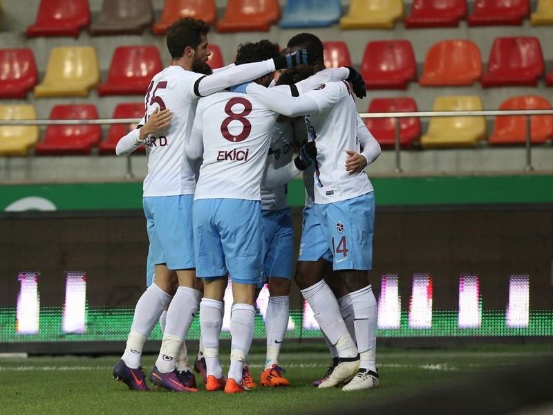 Matúš Bero (v strede) so spoluhráčmi oslavuje svoj víťazný gól