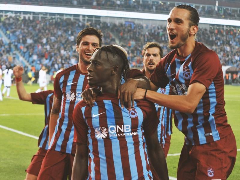 Hráči Trabzonsporu sa radujú po góle
