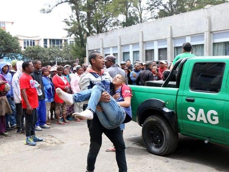 Najmenej jeden človek zomrel a ďalších 37 divákov sa zranilo v tlačenici pred zápasom futbalovej kvalifikácie Afrického pohára národov Madagaskar - Senegal v Antananarive