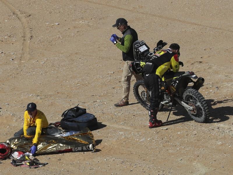 Telo portugalského motocyklistu Paula Goncalves, ktorý zomrel počas nedeľnej 7. etapy Rely Dakar