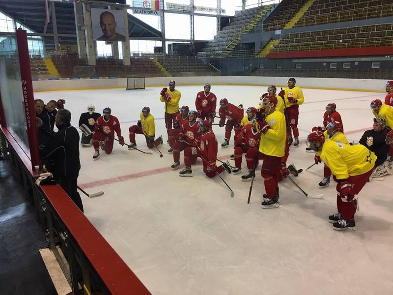 Hokejisti Dukly Trenćín počas tréningu