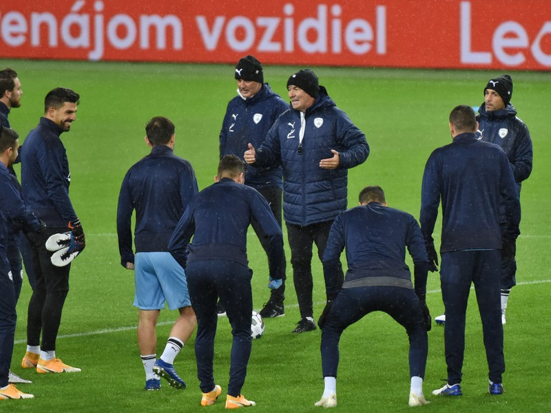 Hráči Izraela počas tréningu a tréner Willibald Ruttensteiner (v strede)