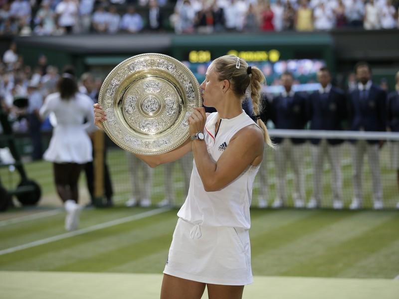 Angelique Kerberová s víťaznou trofejou