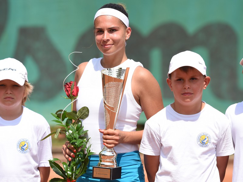 Chantal Škamlová s víťaznou trofejou