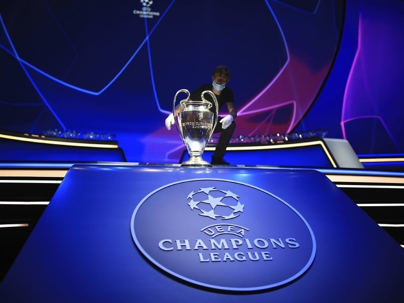 Na snímke vystavená trofej pred žrebovaním skupinovej fázy futbalovej Ligy majstrov 26. augusta 2021 v Istanbule.