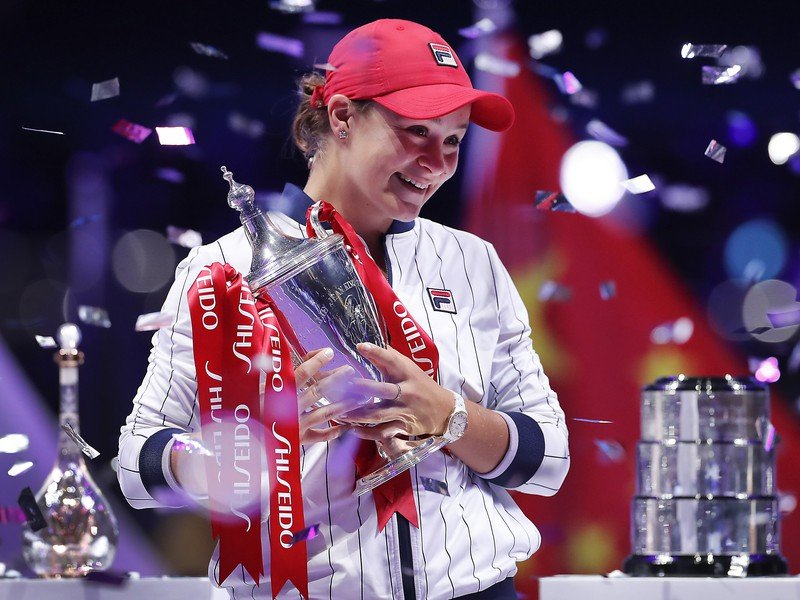 Na snímke austrálska tenistka Ashleigh Bartyová pózuje s trofejou po víťazstve nad Ukrajinkou Jelinou Svitolinovou vo finále turnaja MS WTA Tour v čínskom Šen-čeni